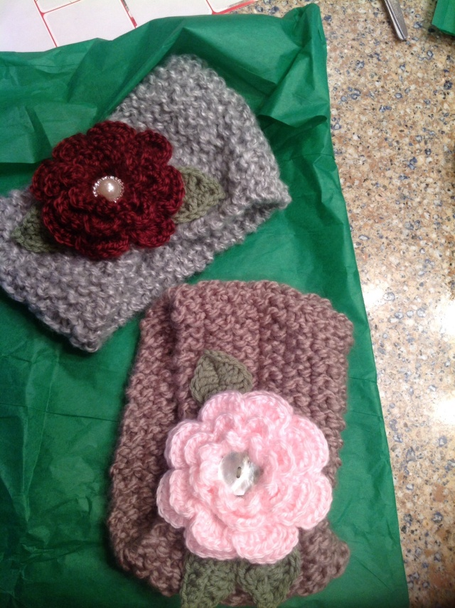 Knitted earwarmer with crochet flowers
