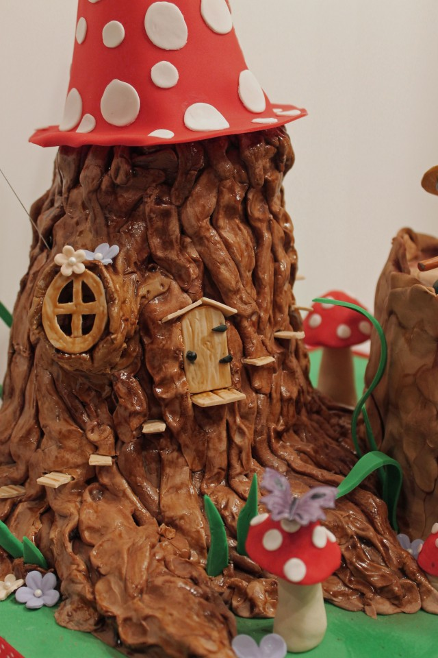 Tree stump cake with Smurfs and mushrooms